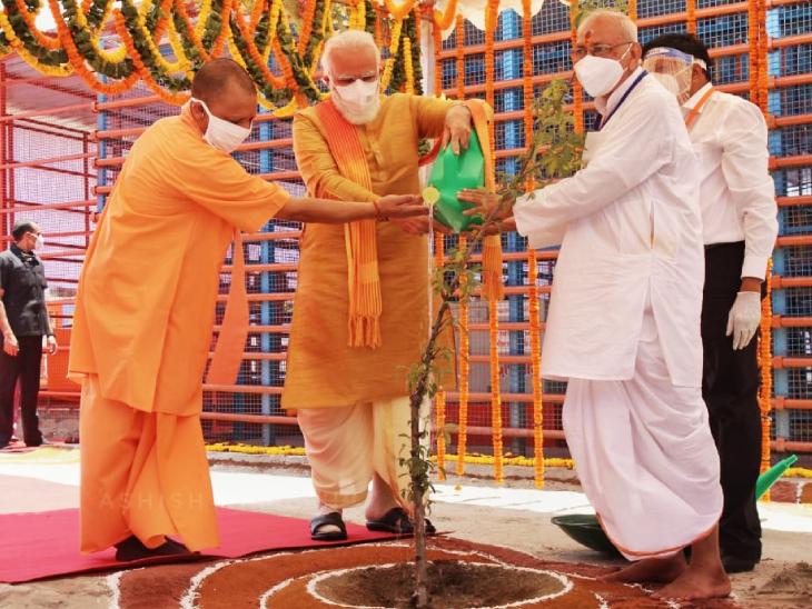 भूमि पूजन के पहले पीएम मोदी ने राम मंदिर परिसर में पारिजात का पौधा भी लगाया।