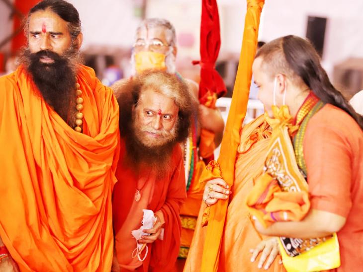 भूमि पूजन के दौरान बाबा रामदेव, स्वामी चिदानंद सरस्वती और अन्य साधु-संत।