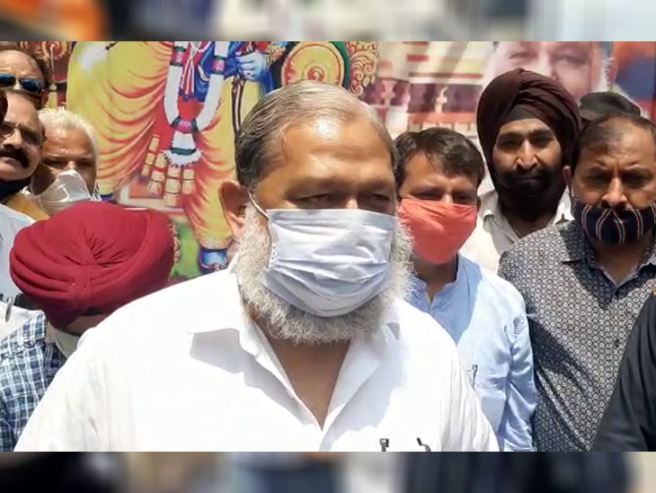 हरियाणा के गृह मंत्री अनिल विज ने भाजपा कार्यालय पहुंचकर खुशी मनाई।