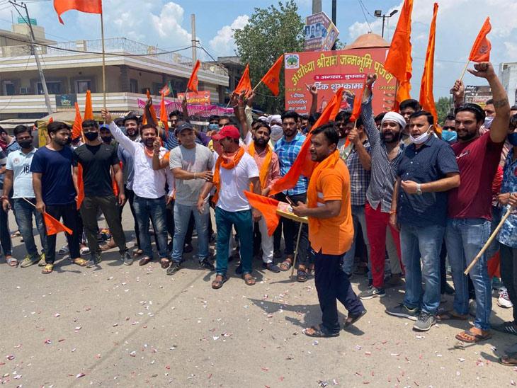 यमुनानगर में बजरंग दल के कार्यकर्ताओं ने पटाखे फोड़े और लड्डू बांटकर खुशी मनाई।