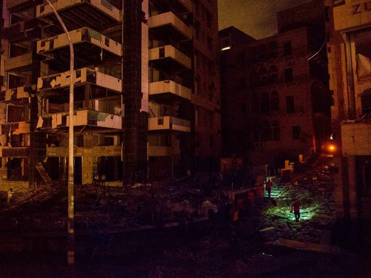 यह फोटो धमाके के बाद की है। चारों तरफ अंधेरा था। बिजली सप्लाई बंद हो चुकी थी। राहतकर्मी हाथ में सर्च लाइट लेकर जीवित बचे लोगों की तलाश में जुटे थे।
