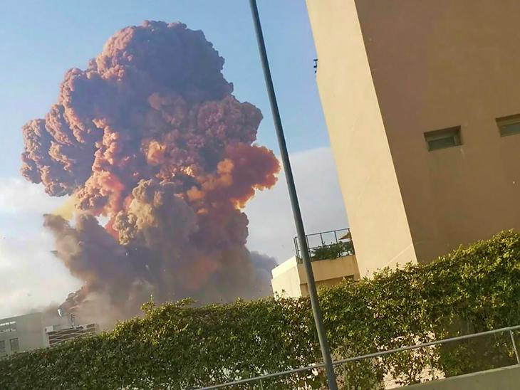 फोटो धमाके के बाद की है। इस दौरान धुएं के साथ ही आग की लपटें उठती दिखाई दीं।