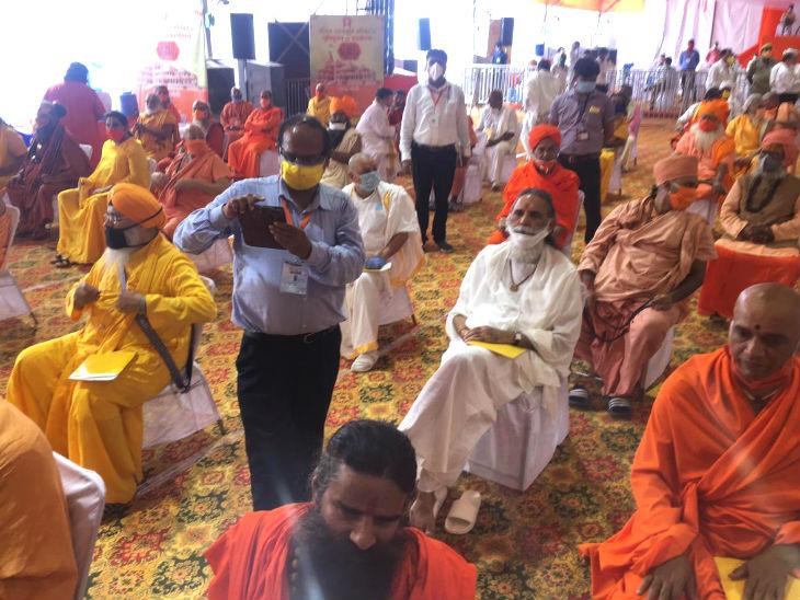 यह फोटो भूमि पूजन के स्थल का है। बाबा रामदेव समेत कई साधु संत सुबह ही यहां पहुंच गए। 175 लोगों को इस कार्यक्रम के लिए आमंत्रित किया गया।