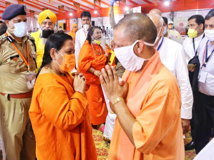 उमा भारती भी राम मंंदिर के भूमि पूजन स्थल पहुंचीं। यूपी के मुख्यमंत्री योगी आदित्यनाथ ने उनका अभिवादन किया। पहले उमा ने कहा था कि वे कोरोना की वजह से सरयू तट पर रहेंगी।