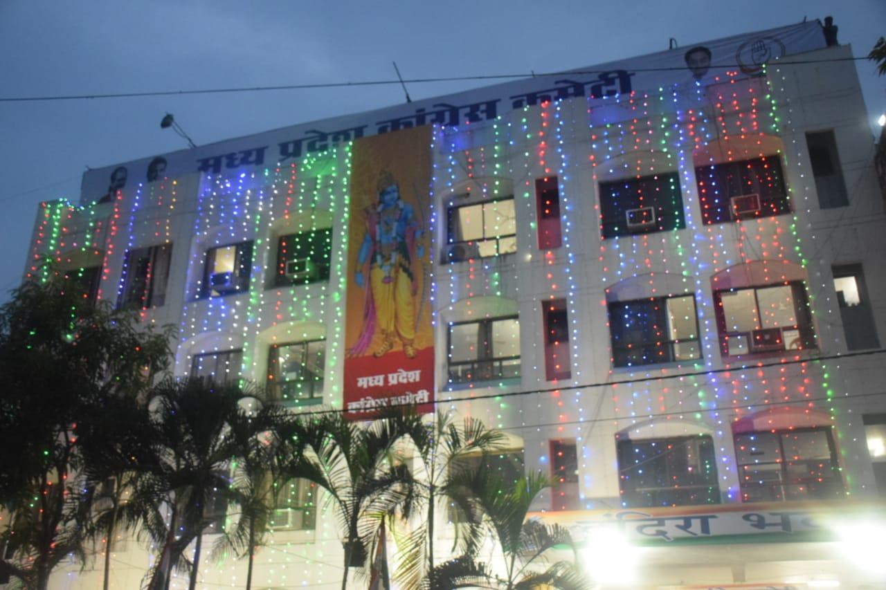 रामोत्सव पर प्रदेश कांग्रेस कार्यालय में लाइटिंग की गई है। खास बात ये है कि कार्यालय पर भगवान राम का फ्लैक्स लगाया गया है।