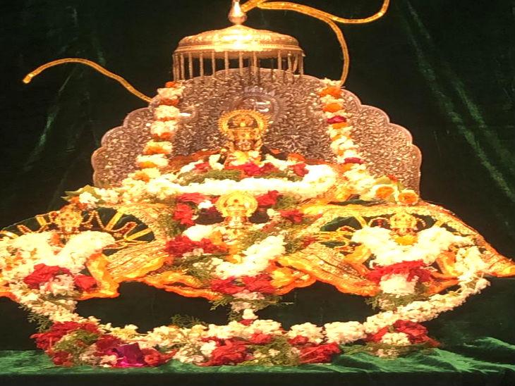 रामलला का आज विशेष शृंगार किया गया है। उन्हें अभी चीड़ की लकड़ी और कांच से बने मंदिर में स्थापित किया गया है।