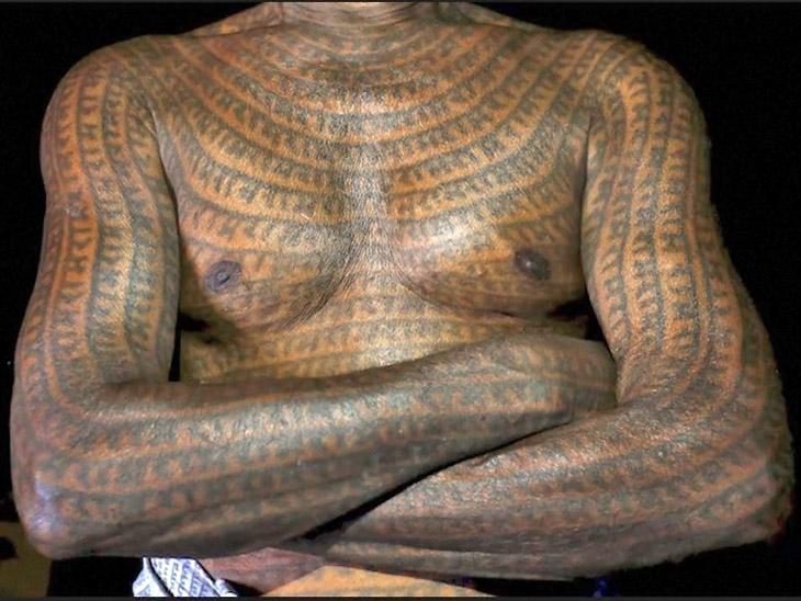 रामनामी संप्रदाय के लोग इस तरह पूरे शरीर पर राम नाम लिखवा लेते हैं।