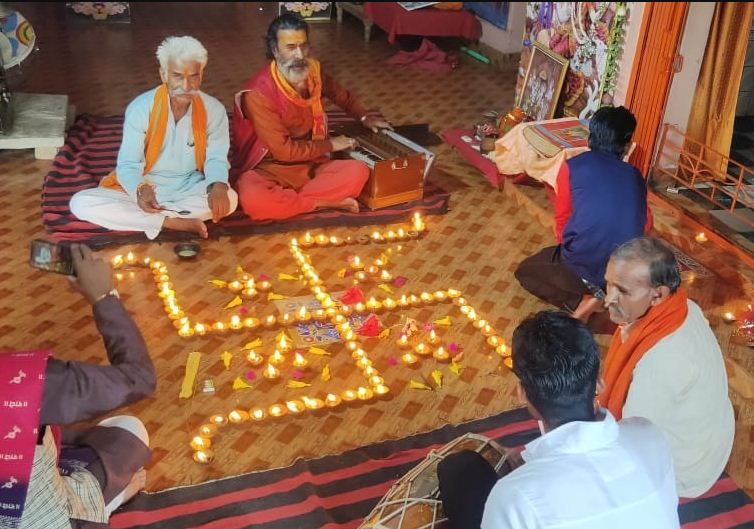 अशोकनगर में मंदिर में दीप प्रज्जवलित कर सुंदरकांड का पाठ करते श्रद्धालु।