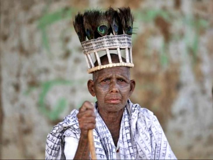 रामनामी संप्रदाय के लोग इस तरह सिर पर मोर के पंख लगाते हैं और रामधुन गाते हैं।