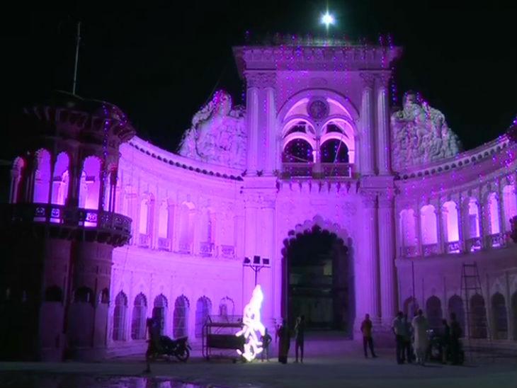 अयोध्या में रंग-बिरंगी लाइटों से सजा एक मंदिर।
