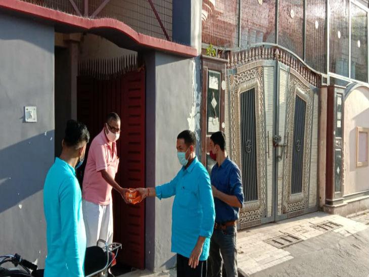 अयोध्या में भूमि पूजन के बाद जगमगाए दीये। लोगों के घरों तक जाकर प्रसाद बांटते लोग।