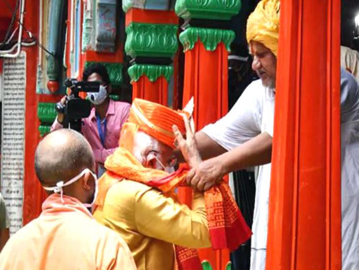 10वीं शताब्दी के हनुमान गढ़ी मंदिर के मुख्य पुजारी जीपी महाराज ने उन्हें चांदी का मुकुट भेंट किया।