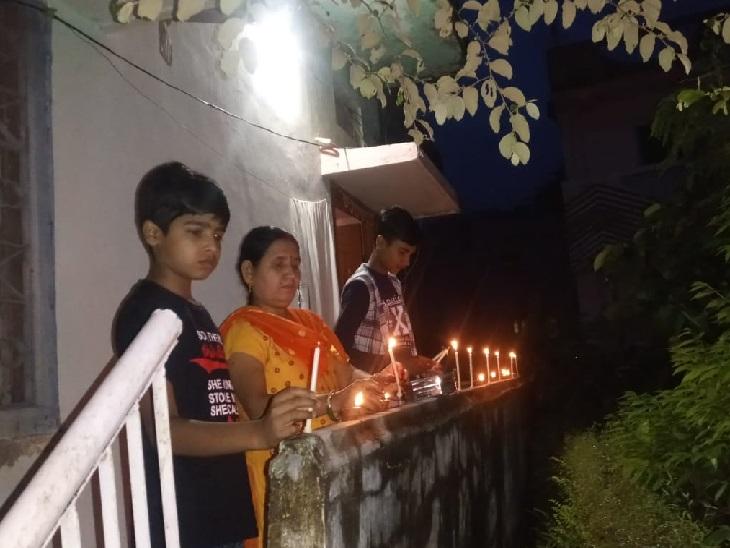 गुमला में भी शाम सात बजने के बाद लोगों ने अपने घरों के बाहर दीये जलाए।