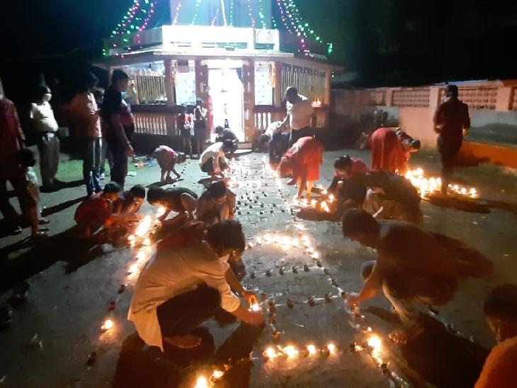 धनबाद के हीरापुर स्थित अंजनी मंदिर में भी लोगों ने दीये जलाए।