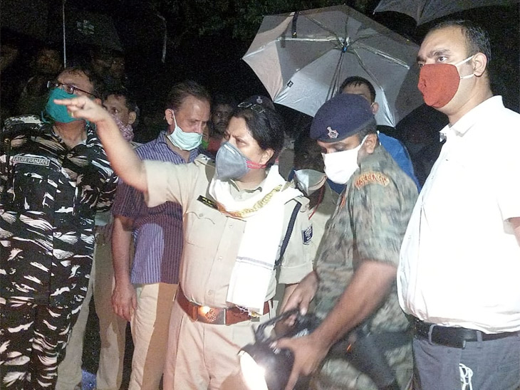 नाव डूबने की सूचना मिलने के बाद मौके पर पहुंचे पुलिस अधिकारी।