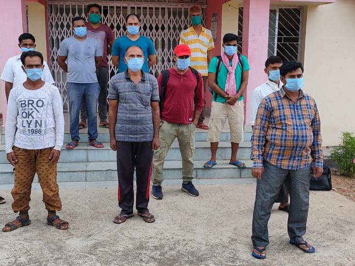 तस्वीर लातेहार के बालूमाथ की। यहां बारीखाप सेंटर से मरीजों के स्वस्थ होने के बाद उन्हें घर भेज दिया गया। सभी मरीजों को होम क्वारैंटाइन में रहने को कहा गया है। जिले में अब तक 335 कोरोना के मरीज मिल चुके हैं जिसमें से 107 स्वस्थ होकर घर लौट चुके हैं।