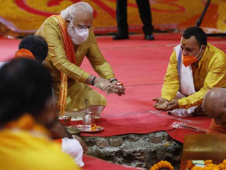पंडितों की सहायता से भूमिपूजन से जुड़ी प्रक्रिया को पूरा करते प्रधानमंत्री मोदी।