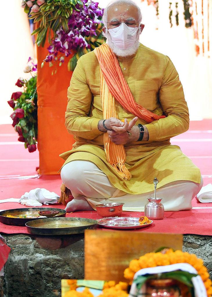 भूमिपूजन में प्रार्थना के दौरान ध्यान की मुद्रा में प्रधानमंत्री मोदी।
