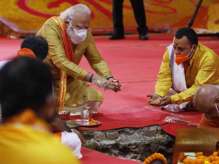 मोदी जब रामलला के दर्शन के बाद भूमि पूजन स्थल पर पहुंचे तो उन्होंने याद आया कि वे एक चीज कार में भूल गए हैं। वे आसन पर बैठने से पहले ही लौटे और अपनी कार की तरफ गए। कुछ ही सेकंड में वे लौटकर आसन पर बैठे। उनके हाथ में चांदी की कलशनुमा भेंट थी। यह पूरे समय उनकी पूजा की थाली में रखी थी। पूजा के दौरान मोदी ने इसे ट्रस्ट के कोषाध्यक्ष स्वामी गोविंद देव जी को दिया। स्वामी जी ने उसे पूजन के लिए बने गड्ढे में रख दिया।