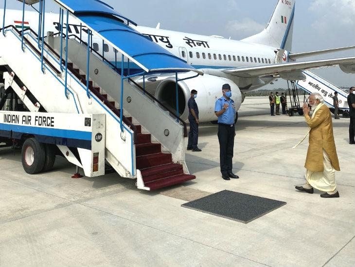 प्रधानमंत्री नरेंद्र मोदी दिल्ली से अयोध्या रवाना होते हुए।