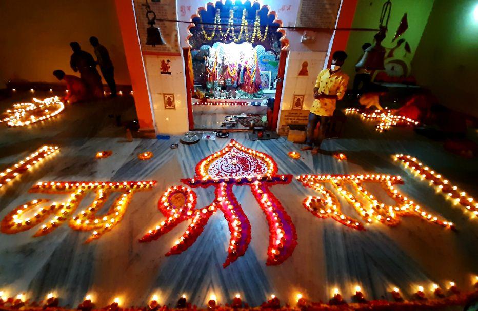 रायसेन में रामलीला मैदान स्थित राम जानकी मंदिर में 1100 दीपकों से भगवान राम का नाम लिखा एवं पूरे मंदिर को रोशन किया गया।