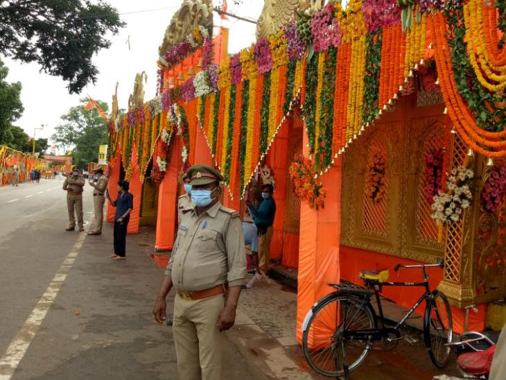भूमिपूजन को लेकर सुरक्षा व्यवस्था काफी चुस्त थी। हर जगह पुलिस की तैनाती की गई थ।