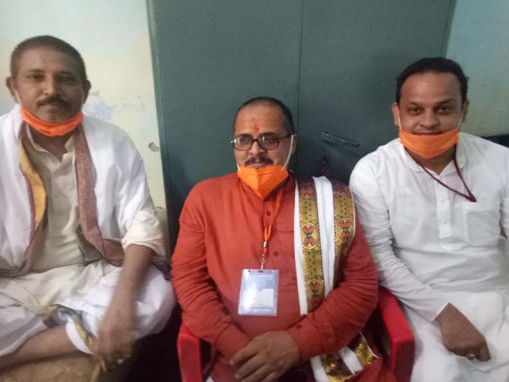 मुख्य पुजारी चंद्रभानु पांडेय अपने साथी पुरोहितों के साथ।