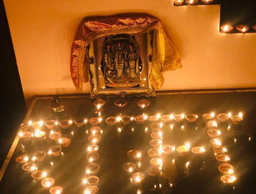 सीहोर के राम मंदिर में विशेष पूजन के बाद दीप प्रज्जवलित किए गए।