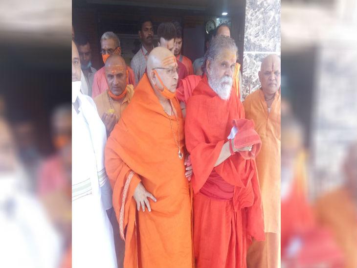 अखाड़ा परिषद के अध्यक्ष नरेंद्र गिरी के साथ उनके सहयेागी।