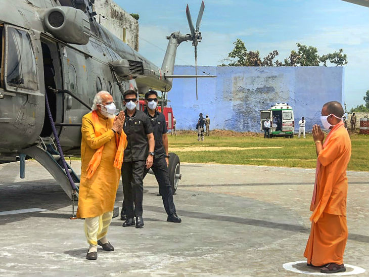 अयोध्या पहुंचने पर प्रधानमंत्री मोदी का हेलिपैड पर सीएम योगी ने अभिवादन किया।