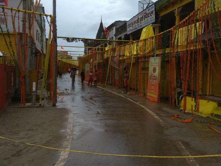 मंगलवार की रात अयोध्या में बारिश भी हुई। भूमिपूजन को लेकर दीवारों पर पीले रंग से पेंट किया गया है।