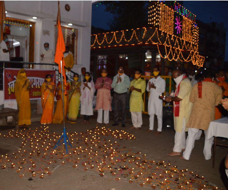 विदिशा में स्वदेशी जागरण मंच द्वारा माधवगंज पर कृष्ण मंदिर के सामने जलते हुए दिए से भारत का नक्शा बनाकर खुशियां मनाईं।
