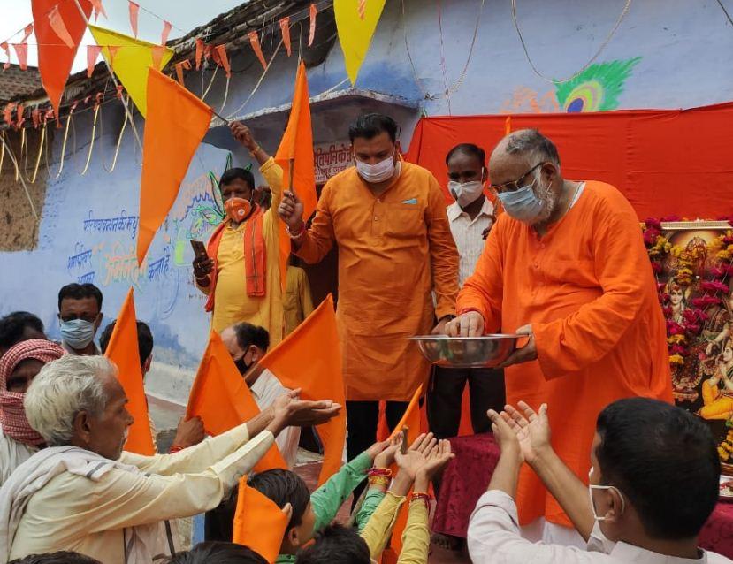 सिरोंज में विधायक उमाकांत शर्मा ने कारसेवकों के सम्मान के उपरांत 56 भोग की प्रसादी भी वितरित की।