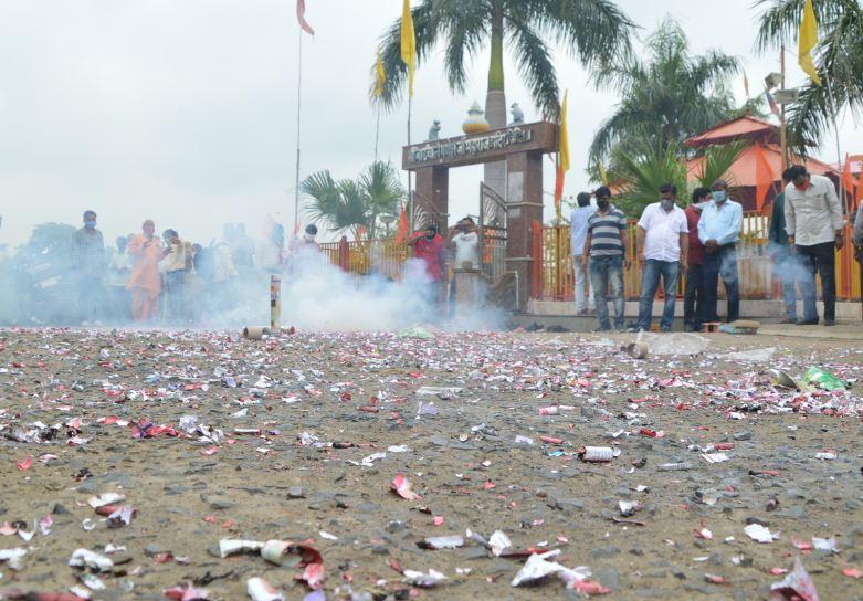 अयोध्या में भूमिपूजन के बाद विदिशा में युवाओं ने जमकर आतिशबाजी की।