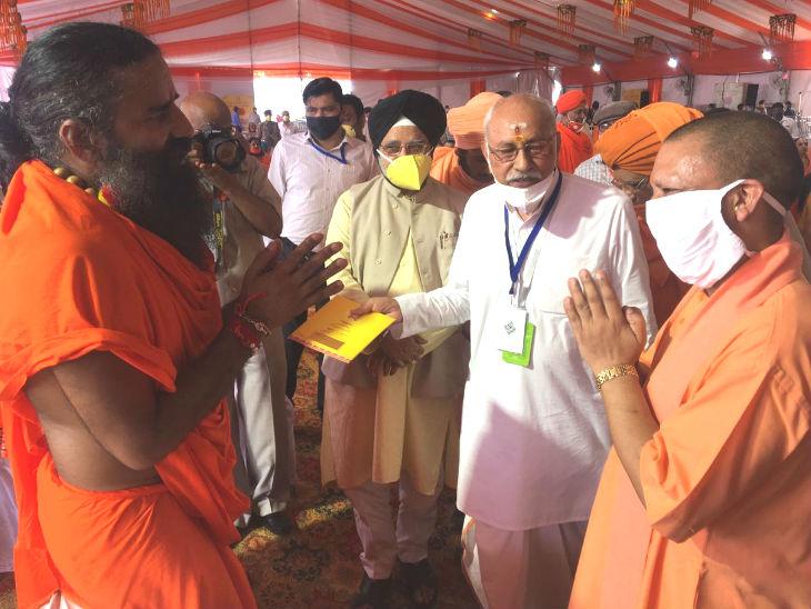 पूजा स्थल पर बाबा रामदेव और साधु-संतों का अभिवादन करते मुख्यमंत्री योगी आदित्यनाथ।