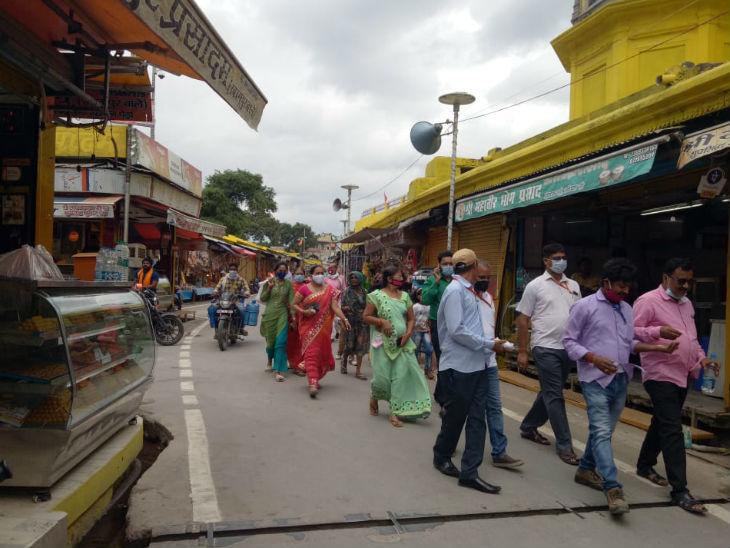 रामलला के दर्शन करने के बाद लौट रहे लोग। कल पीएम मोदी ने मंदिर निर्माण के लिए भूमिपूजन किया था।