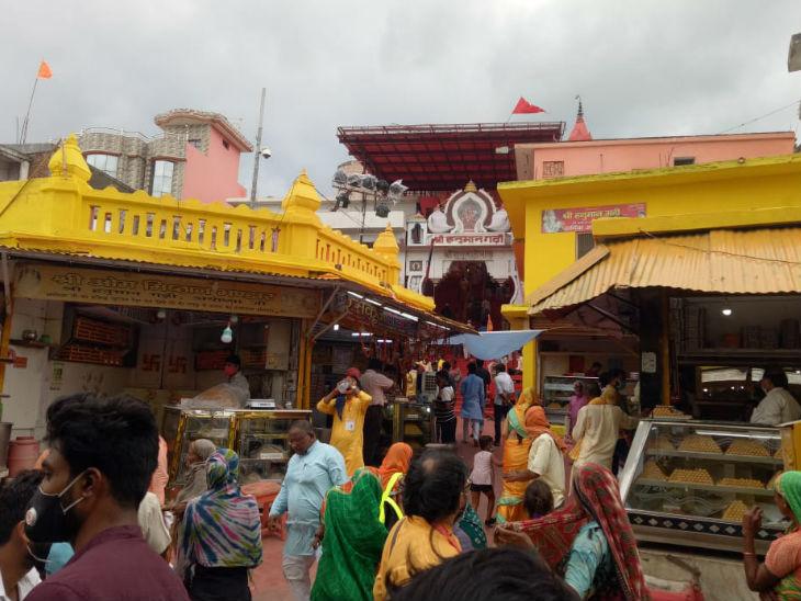 तस्वीर हनुमान गढ़ी मंदिर के सामने की है। यहां के दुकानदारों को डर है कि मंदिर बनेगा तो सड़कों को चौड़ा करने के दौरान उनकी दुकानें टूट सकती हैं।