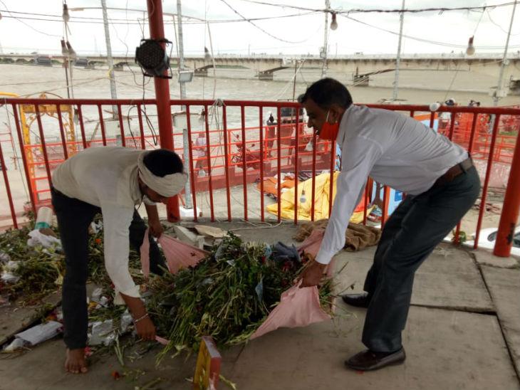 अयोध्या में गुरुवार को साफ-सफाई की गई। राम की पैड़ी पर सफाई करते लोग।