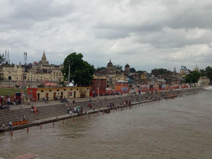 तस्वीर सरयू नदी की है। गुरुवार को लोगों ने यहां स्नान किया और फिर रामलला के दर्शन के लिए गए।