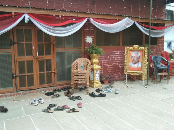 तस्वीर कारसेवक पुरम की है। कार्यालय के बाहर दिवंगत अशोक सिंघल की तस्वीर लगी है।
