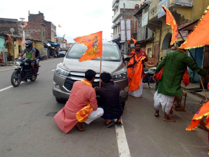 अयोध्या में इस समय लोगों के बीच जय श्रीराम नाम के झंडे का क्रेज है। लोग अपनी गाड़ियों पर लगा रहे हैं।