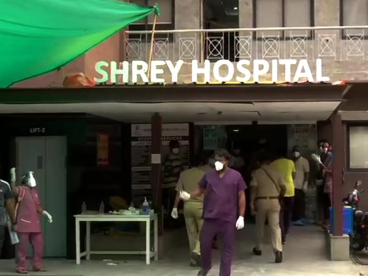 पुलिस और फायर बिग्रेड के कर्मचारियों ने मरीजों को दूसरे वार्ड में शिफ्ट किया