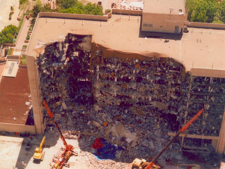 इस बिल्डिंग के दूसरे फ्लोर पर चाइल्ड केयर भी था, जहां छोटे-छोटे बच्चे थे। धमाके में 19 बच्चों की मौत हुई थी।