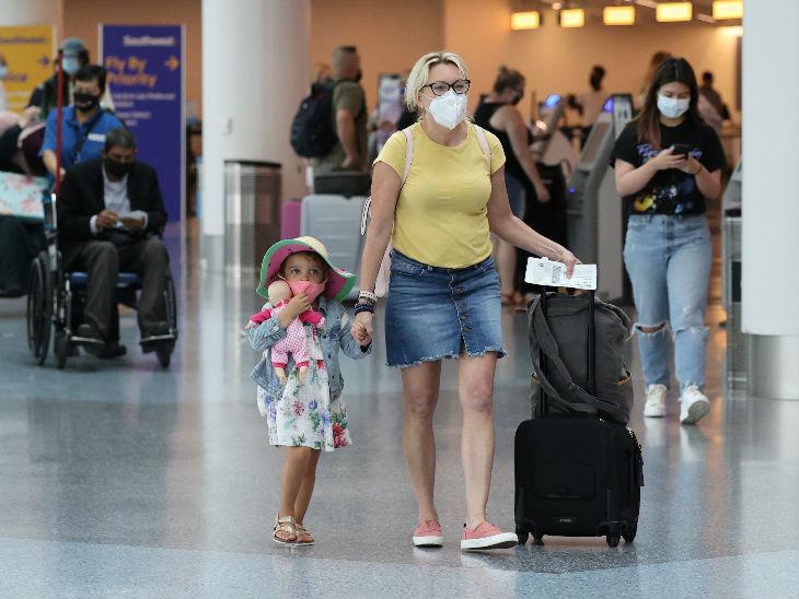 महामारी के बीच अमेरिका के लॉस एंजिल्स में एयरपर्ट पर लोग मास्क पहने नजर आए। राज्य में संक्रमितों की संख्या बढ़ने के साथ टेस्टिंग बढ़ा दी गई है।