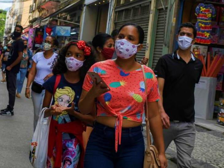 ब्राजील की हेल्थ मिनिस्ट्री के मुताबिक कुछ लोग अब भी नियमों का पालन नहीं कर रहे हैं। सरकार नियमों को ज्यादा सख्त बनाने पर विचार कर रही है। फोटो रियो डि जेनेरियो के एक बाजार की है। (फाइल)