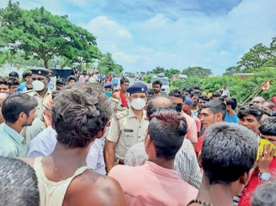 गायघाट के जारंग में एनएच 57 जाम करते बाढ़ पीड़ित।