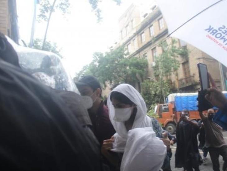 मुंबई पुलिस ने रिया चक्रवर्ती से करीब 9 घंटे पूछताछ की थी जिसके बाद ये पहली बार है जब रिया अपना स्टेटमेंट दर्ज करवाने ईडी के दफ्तर आई हैं।
