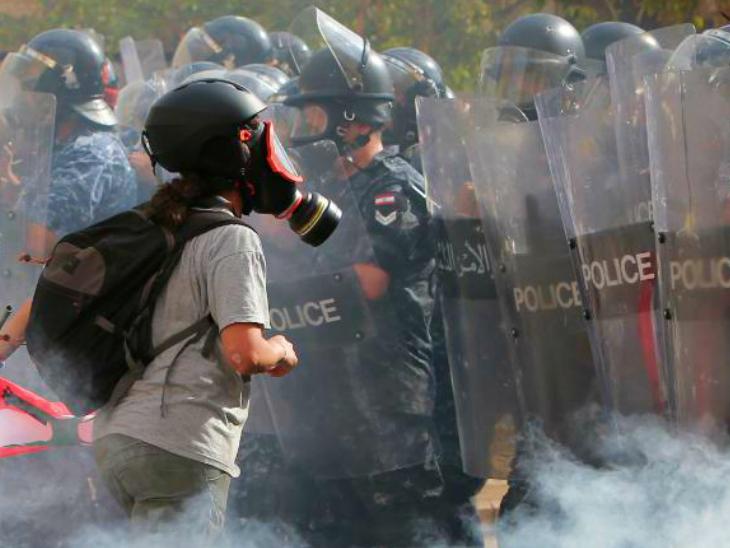 शनिवार को प्रदर्शनकारियों ने संसद भवन में भी घुसने की कोशिश की। वहां मौजूद सुरक्षा बलों ने इसे नाकाम कर दिया। इस दौरान एक पुलिसकर्मी मारा गया। 200 लोग घायल हुए। इनमें ज्यादातर पुलिसकर्मी हैं। क्योंकि, प्रदर्शनकारियों की संख्या 3 हजार से ज्यादा थी। पुलिस बल काफी कम था।