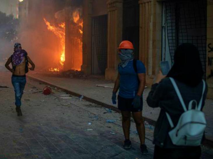 बेरूत के प्रदर्शनों का यह हैरान कर देने वाला नजारा है। पहले सरकारी इमारतों में आग लगाई गई। इसके बाद प्रदर्शनकारियों ने वहां सेल्फी लीं।