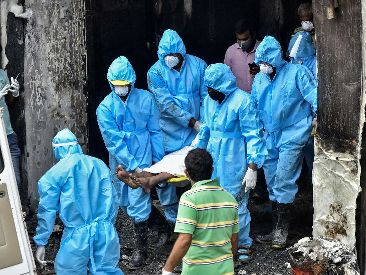 हादसे के बाद लोगों को पीपीई किट पहनकर निकालती रेस्क्यू टीम। ज्यादातर मौतें दम घुटने से हुईं